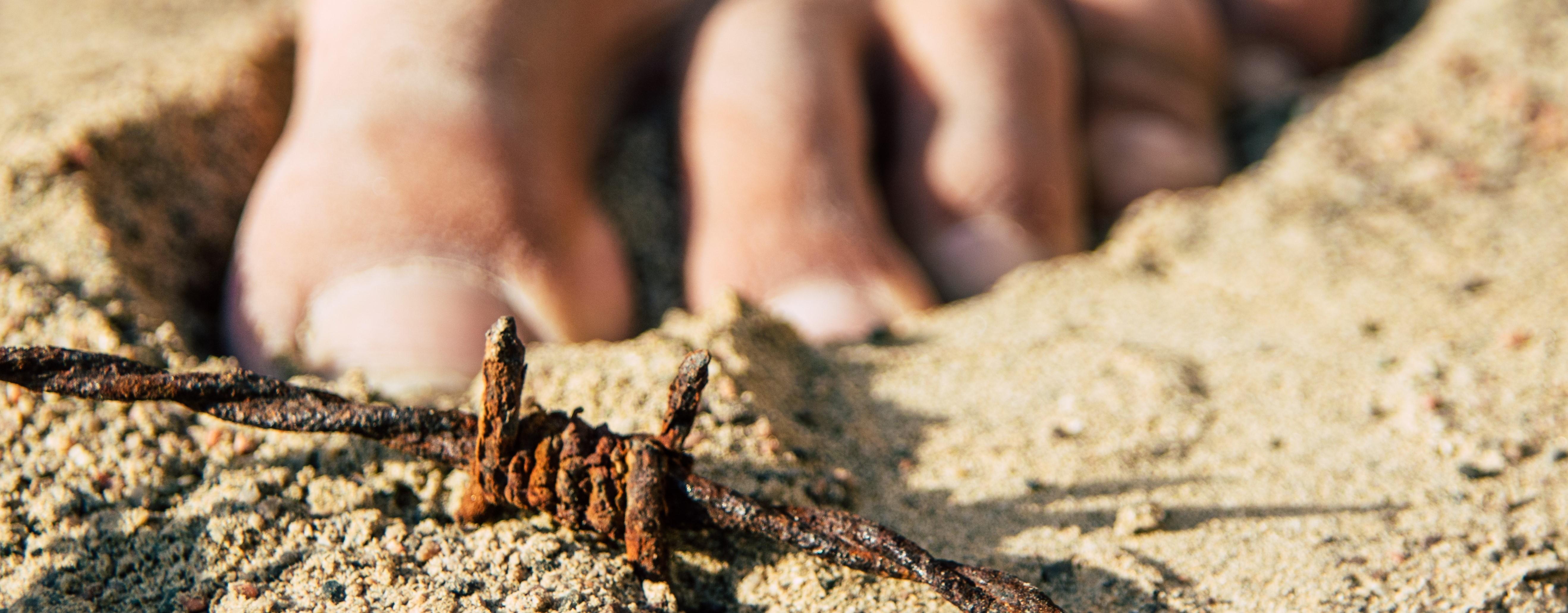 Der Riskante Schritt, Stacheldraht im Sand, barfuß