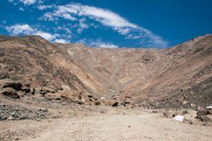 Lunahuana-Peru-kleine-Oase-eingebettet-in-kahle-steinige-Berge-barfuß