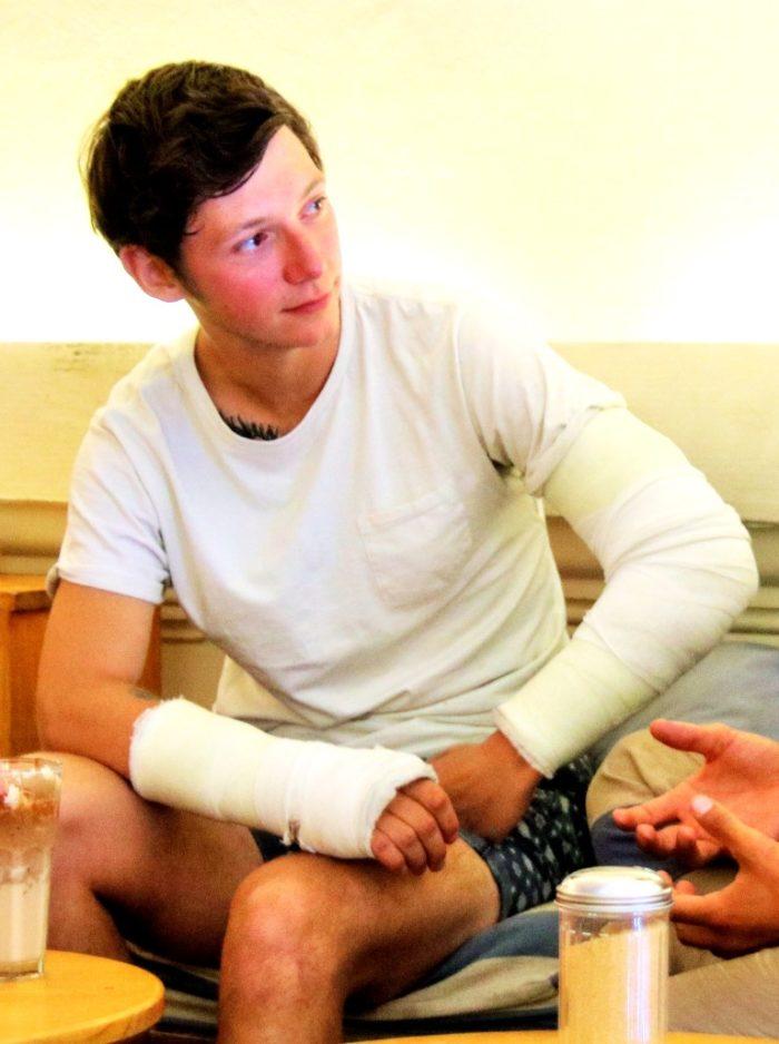 barfuss-BarfussUmDieWelt-Jon-Watts-Fehltritt-zwei-gebrochene-Arme