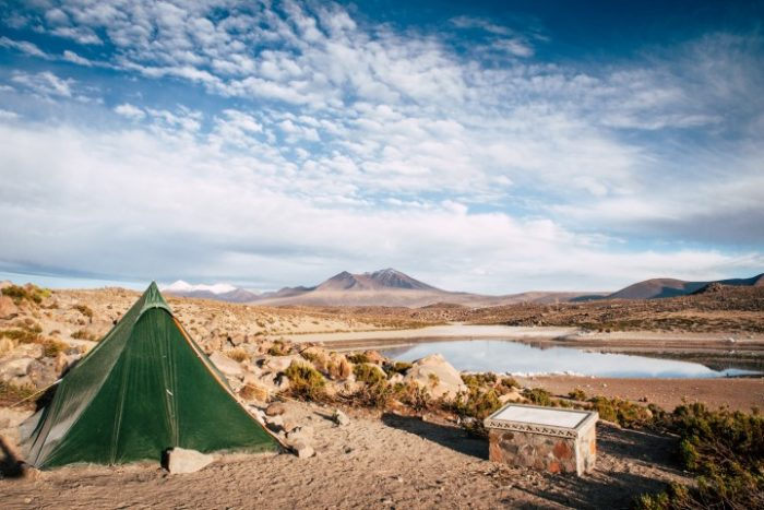 BarfussUmDieWelt-Polare-Schritt-Chile-Parinacotta-See-Sonnenstrahlen-barfuß