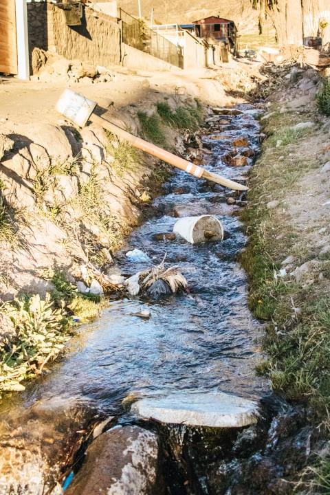 barfuß-BarfussUmDieWelt-Enttäuschender-Schritt-Dreck-Fluss
