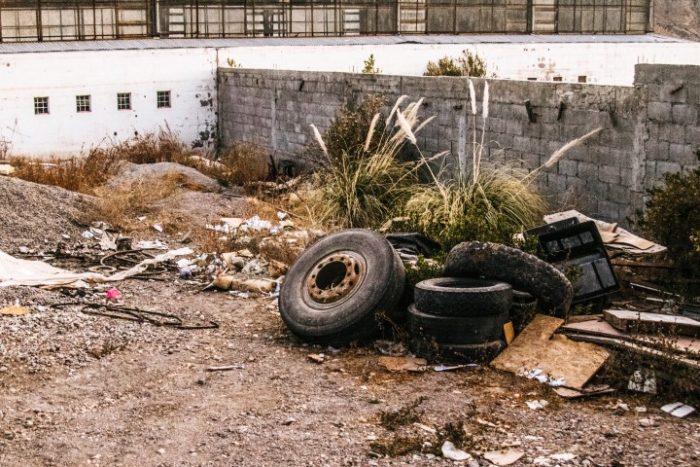 barfuß-BarfussUmDieWelt-Enttäuschender-Schritt-Müllhaufen