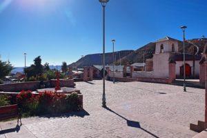 BarfussUmDieWelt-Der-Herzensschritt-Chile-Putre-Dorf-Marktplatz-Vulkan-barfuß