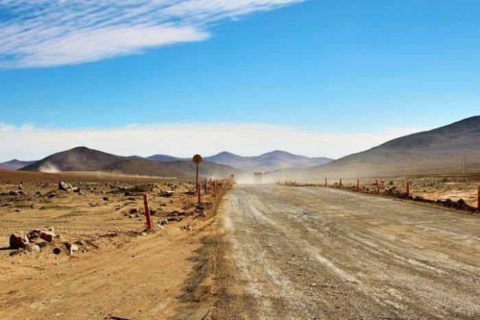 BarfussUmDieWelt-JonathanvonRosenberg-Grundschritt-Chile-Wüste-Atacama-LKW-trampen-barfuß