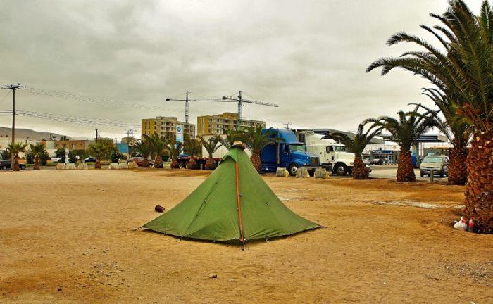 BarfussUmDieWelt-JonathanvonRosenberg-KataleyavonRosenberg-Grundschritt-Chile-Arica-trampen-LKW-Übernachtung-Zelt-Tankstelle-barfuß