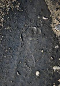 BarfussUmDieWelt-JonathanvonRosenberg-KataleyavonRosenberg-Grundschritt-Chile-Asphalt-Fußabdruck-trampen-barfuß