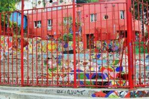 BarfussUmDieWelt-JonathanvonRosenberg-KataleyavonRosenberg-Chile-Valparaiso-Straßenkunst-Kunst-Kindergarten-barfuß