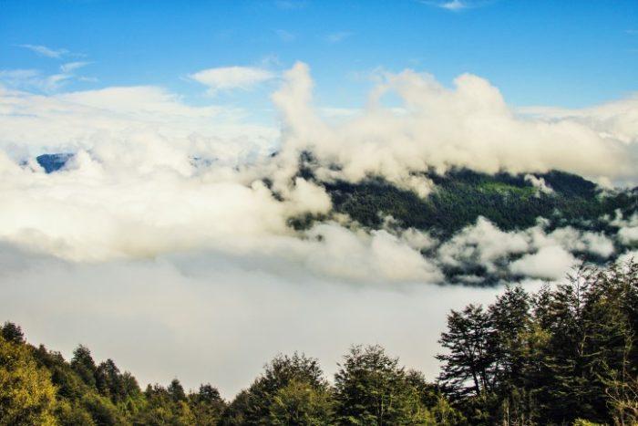 BarfussUmDieWelt-JonathanvonRosenberg-Unbeschwerte-Schritt-Chile-Villarrica-Cani-Nationalpark-Ausblick-Wolken-barfuß