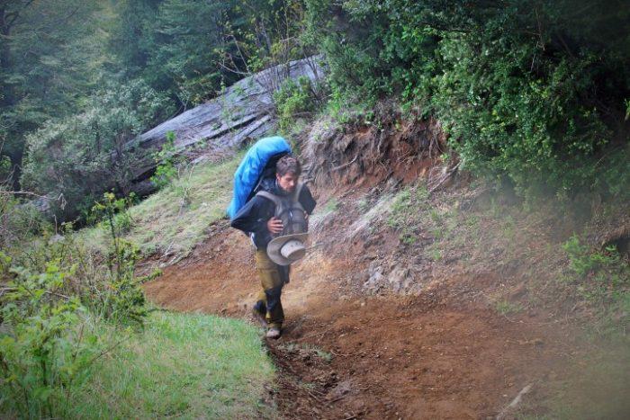 BarfussUmDieWelt-JonathanvonRosenberg-Unbeschwerte-Schritt-Chile-Villarrica-Cani-Nationalpark-Nebel-Wanderung-Berg-barfuß