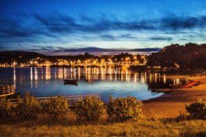 BarfussUmDieWelt-JonathanvonRosenberg-Unbeschwerte-Schritt-Chile-Villarrica-Hafen-Boot-See-barfuß