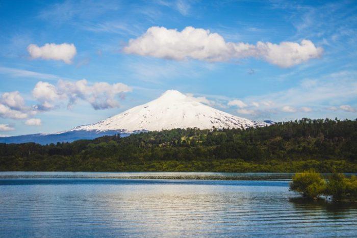 BarfussUmDieWelt-JonathanvonRosenberg-Unbeschwerte-Schritt-Chile-Villarrica-Vulkan-See-barfuß