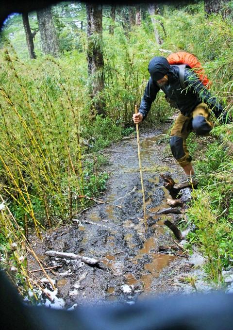 BarfussUmDieWelt-JonathanvonRosenberg-Verantwortliche-Schritt-Chile-Villarrica-Cani-Nationalpark-Wanderung-Bambus-Schnee-barfuß