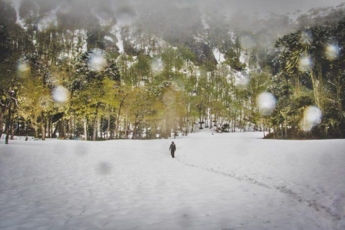 BarfussUmDieWelt-JonathanvonRosenberg-Verantwortliche-Schritt-Chile-Villarrica-Cani-Nationalpark-Wanderung-Schnee-Fußspur-barfuß