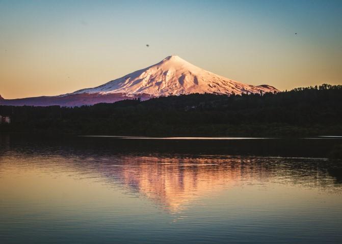 BarfussUmDieWelt-Unbeschwerte-Schritt-JonathanvonRosenberg-Spiegelung-Chile-Villarrica-Vulkan-See-barfuß